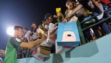 Hành động đẹp, Bùi Tiến Dũng nhận mưa quà tặng từ fan