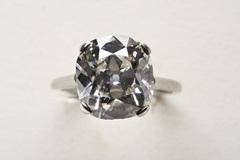 Tìm được nhẫn kim cương khi dọn nhà mẹ chồng, bán được 2,3 tỷ đồng