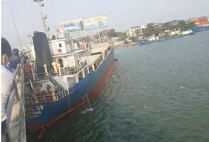 Tàu nghìn tấn đâm vào cầu Đồng Nai