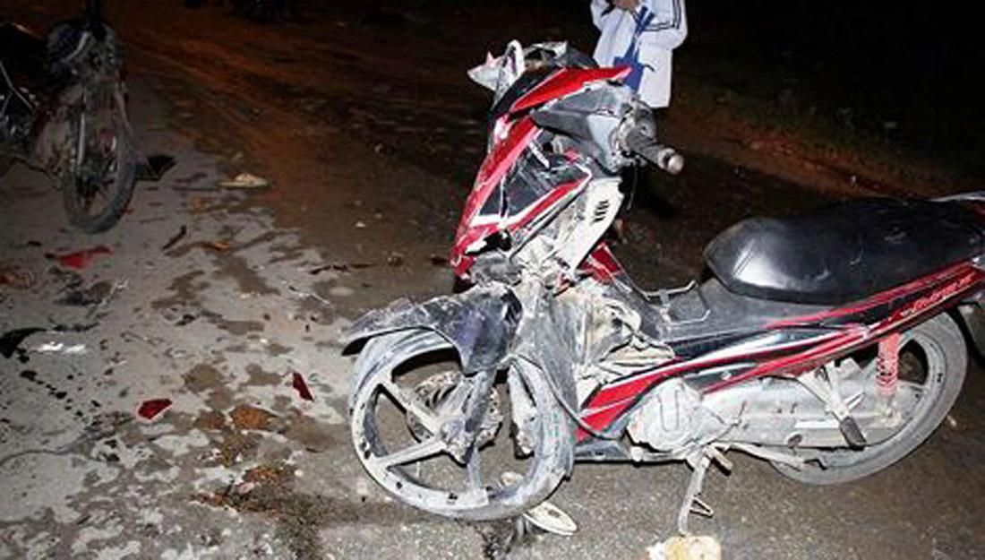 Đối đầu xe máy, 2 cô cháu thiệt mạng, 3 thanh niên nguy kịch
