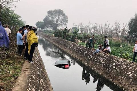 """Ô tô lao xuống mương ở Hà Nội, dân mạng """"đau đầu"""" tìm nguyên nhân"""