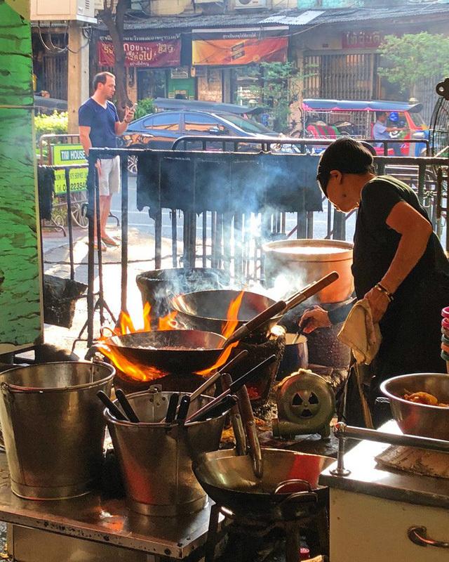 Quán ăn vỉa hè giá cao như nhà hàng hạng sang, mỗi ngày chỉ phục vụ 50 khách