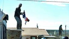 Nghẹt thở cứu bé 6 tháng tuổi bị bố ném từ mái nhà