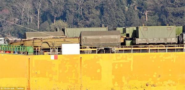 Tàu chiến Nga chở đầy xe tăng, radar tới Syria