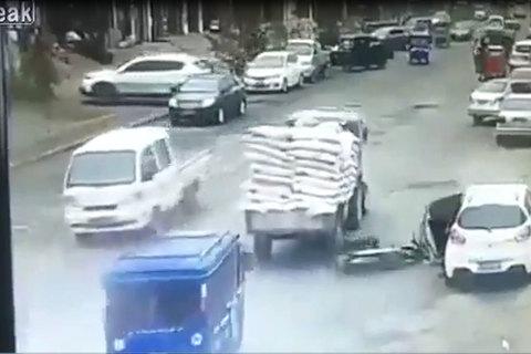 Tài xế ô tô mở cửa bất cẩn gây tai nạn kinh hoàng