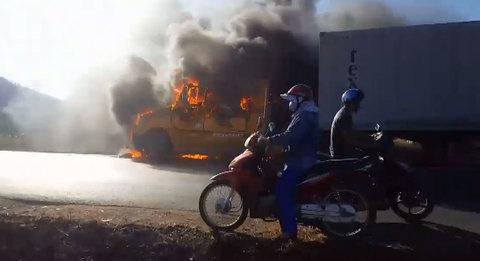 Container cháy ngùn ngụt, nổ dữ dội, ô tô, xe máy vẫn liều lĩnh đi sát