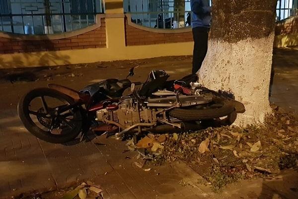 Ô tô lấn làn tông xe máy, người thương vong nằm la liệt