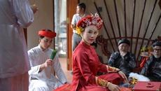 Vợ Việt Hoàn phát hành 'Chiều phủ Tây Hồ' phiên bản hầu đồng
