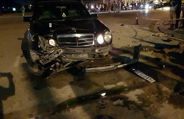Xe Mercedes tông chết 2 thanh niên ở phố đi bộ