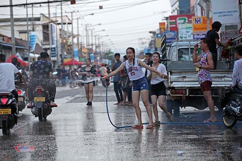 Tết té nước ở Lào
