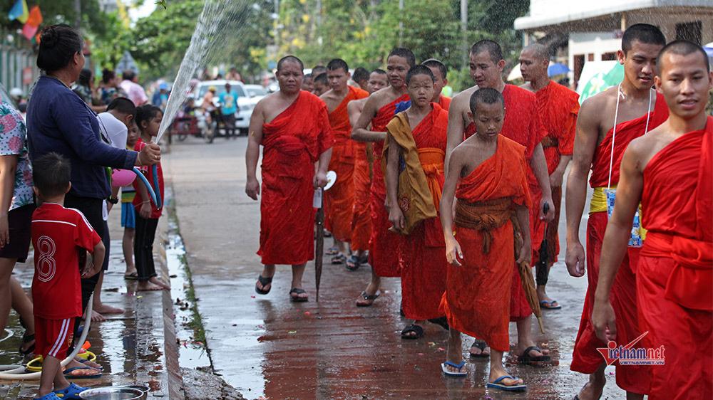 Ngày Tết đẫm nước của người dân Lào