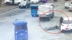 Pha mở cửa ô tô bất cẩn khiến người đi xe máy suýt mất mạng