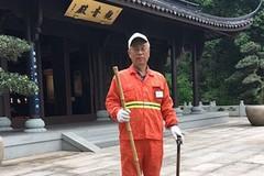 Người đàn ông U70 làm nghề quét dọn để có tiền đi du lịch