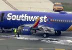 Máy bay nổ động cơ giữa trời, hút hành khách ra ngoài