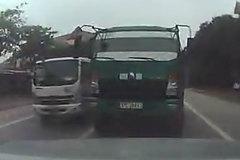 Chạy lấn làn, tài xế ô tô còn để xe giữa đường rồi bỏ đi