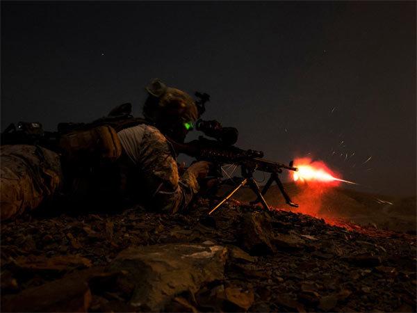 Cảnh siêu thực lính Mỹ tác chiến giữa đêm đen