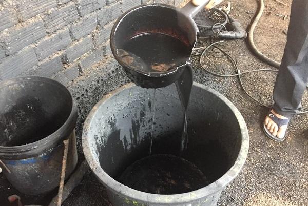 Cận cảnh dung dịch nước pin dùng ngâm đen cà phê