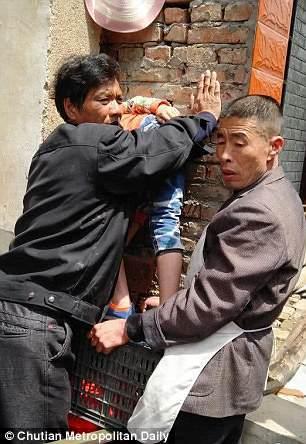 Xem giải cứu bé trai kẹt đầu giữa hai bức tường