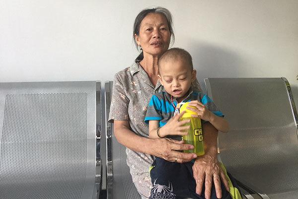 Bà nội gạt nước mắt xin cứu cháu ung thư máu