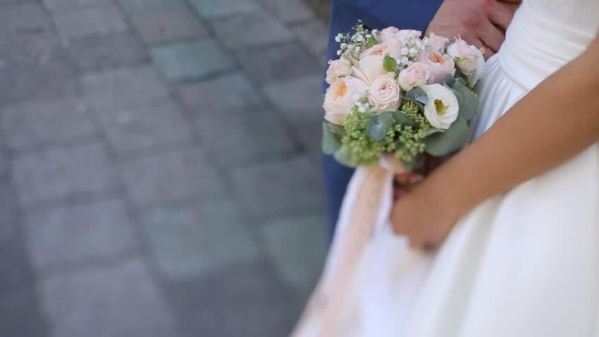 Cô gái mặc váy trắng khóc nức nở khiến hôn trường nhốn nháo