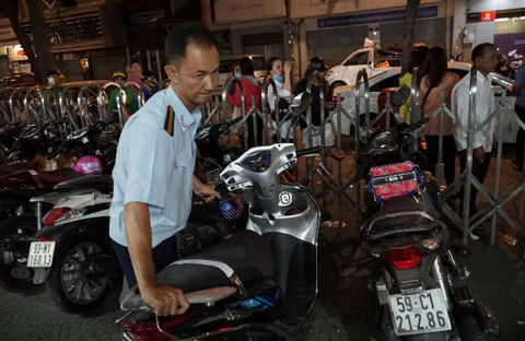Ông Đoàn Ngọc Hải kiểm tra PCCC lúc nửa đêm, hơn trăm xe máy bị đừa về đồn