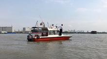 Tàu 8.500 tấn tông chìm sà lan, 2 người mất tích