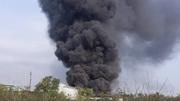 Hàng trăm công nhân tháo chạy khi xưởng nhựa bốc cháy