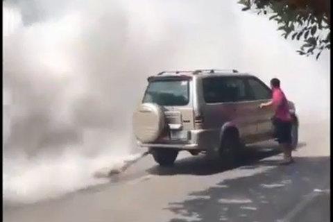 Đổ nhầm xăng vào ô tô chạy dầu khiến xe bốc khói mù mịt