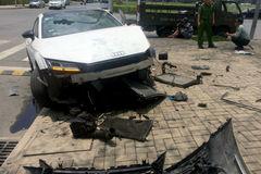 Xe Audi nát đầu sau cú tông vỉa hè ở khu nhà giàu Sài Gòn
