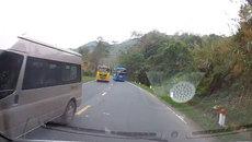 Xe khách vượt kiểu 'giết người' trên đèo Thung Khe, suýt đấu đầu ô tô con