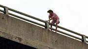 Thanh niên liên tục nhảy cầu tự tử để... xin tiền