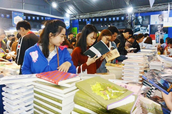 Ngàn người chen nhau gặp Đức Phúc ở Hội sách