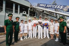 Tàu khu trục Hải quân Hoàng gia Australia thăm TP.HCM