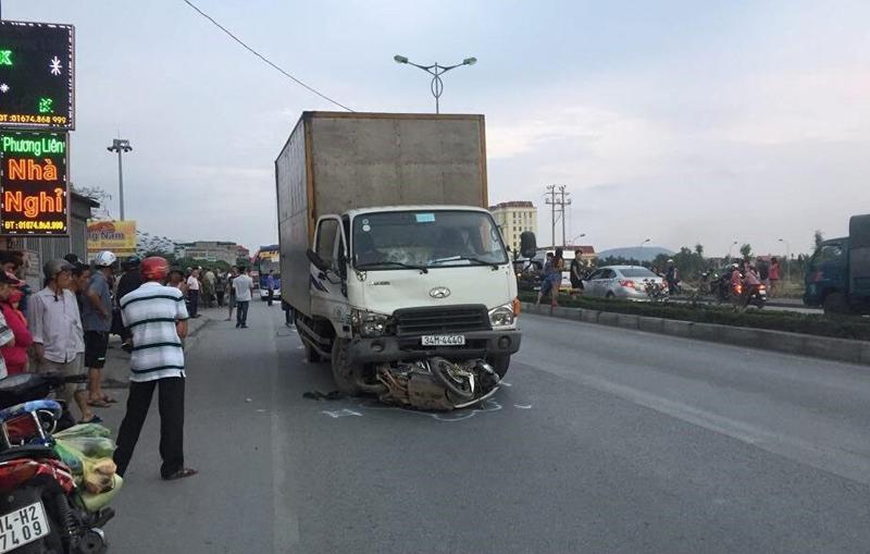 Tai nạn liên hoàn, người đàn ông bị xe tải cán lìa đầu