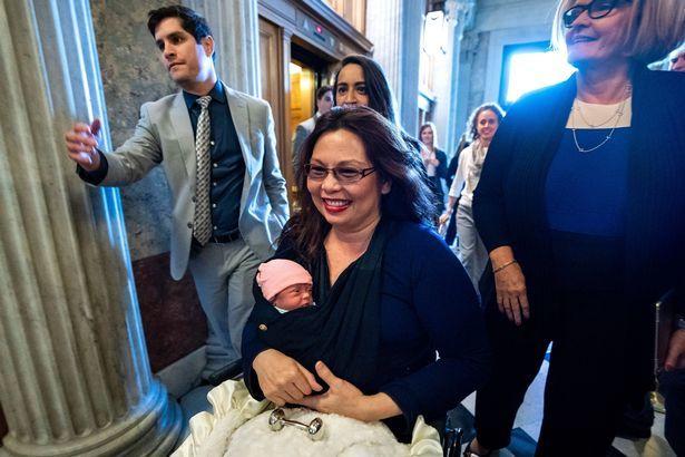 Thượng nghị sĩ Mỹ bế con 10 ngày tuổi đi bỏ phiếu