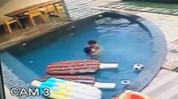 Cậu bé 7 tuổi cứu em bị đuối nước ở bể bơi