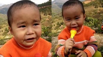Em bé trên đồi hát nhạc bolero khiến người nghe thích thú