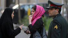 """Video """"cảnh sát đạo đức"""" Iran đánh phụ nữ gây công phẫn"""