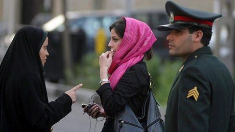 Cảnh sát đạo đức Iran đánh phụ nữ