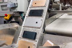 Apple tạo robot chuyên tái chế iPhone, xử lý 200 máy/giờ