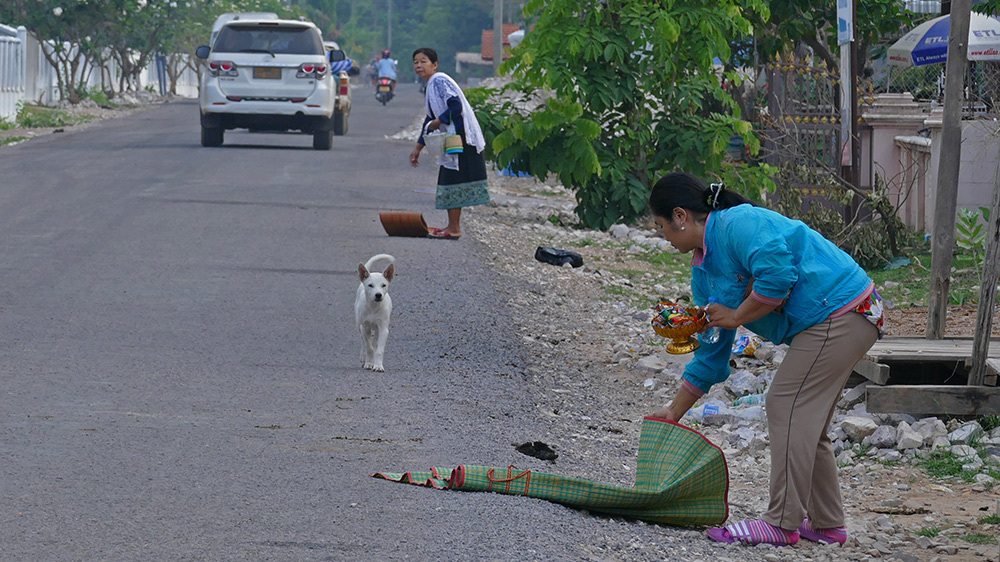 Khất thực,Phật giáo,Lào