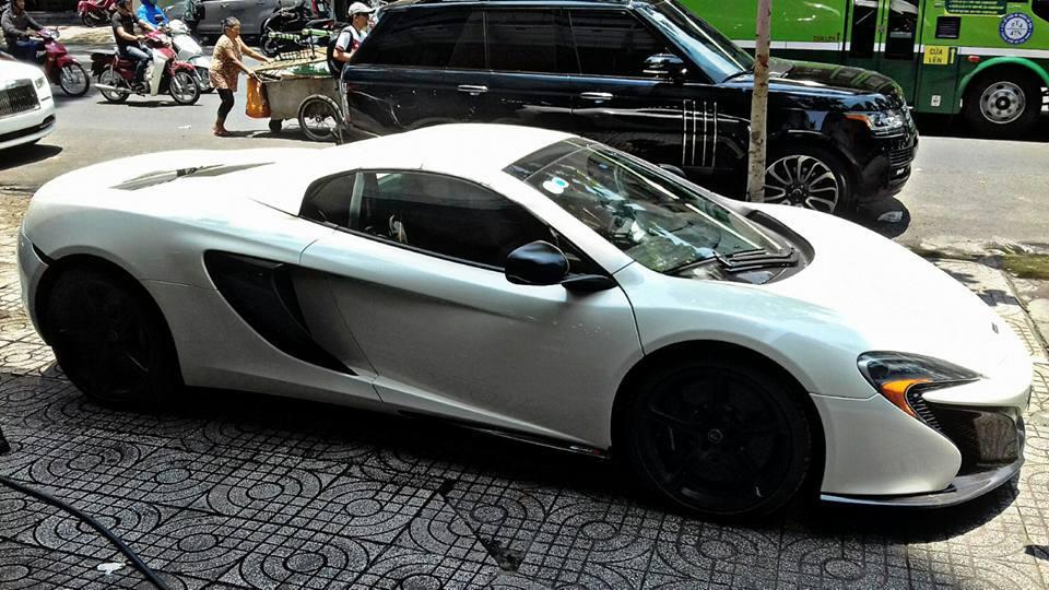 Siêu xe McLaren 650S Spider với ngoại thất sơn màu trắng bất ngờ xuất hiện tại một công ty nhập khẩu siêu xe.