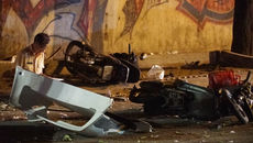 Ô tô bán tải lật ở Sài Gòn, 2 người tử vong