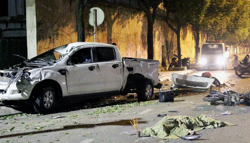 Ô tô lật trúng nhiều xe máy ở Sài Gòn, 2 người chết, 3 người bị thương