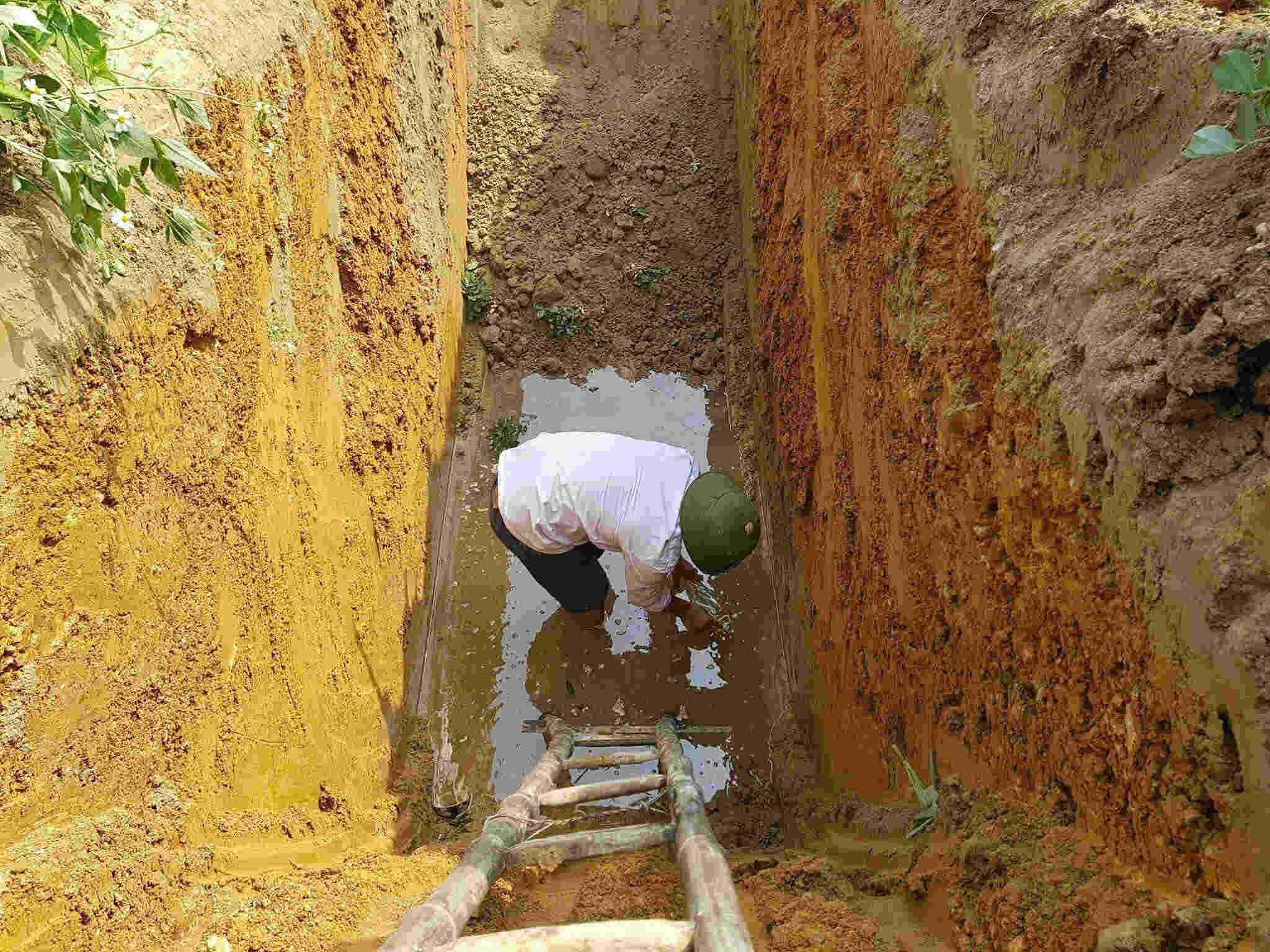 Bất ngờ đào hố phát hiện dầu rịn theo mạch nước