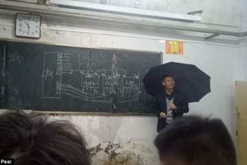 Cảm động thầy giáo cầm ô giảng bài trong lớp học bị dột