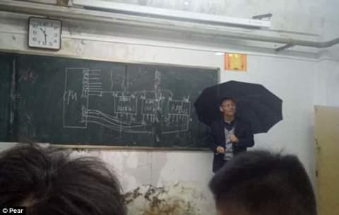 thầy giáo cầm ô giảng bài