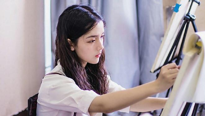 Cô gái 17 tuổi được khen xinh đẹp giống Địch Lệ Nhiệt Ba