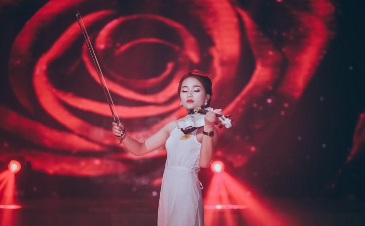 Nữ sinh Nhạc viện khoe tài năng, duyên dáng