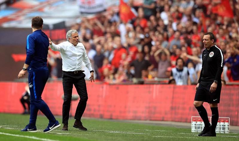 Mourinho: 'MU đá tốt thế, sao mọi người còn chê?'